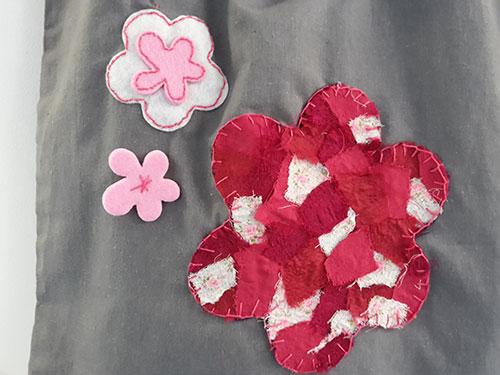 detail-grijze-katoenen-tas-met-bloemen
