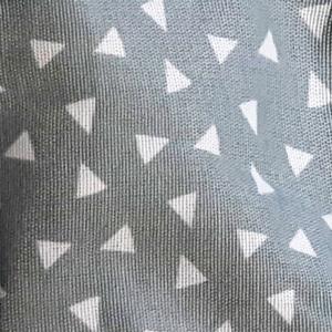 mondkapje grijs met witte driehoekjes en roze touwtjes