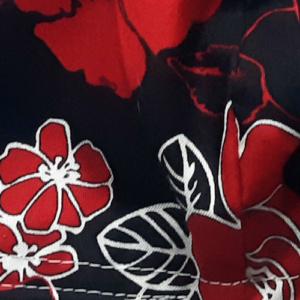 mondkapje klein zwart met rode bloemen